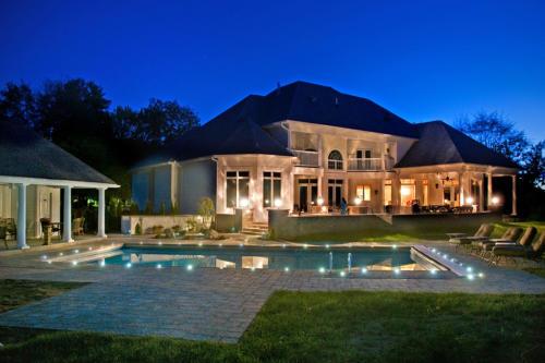 Tasteful landscape lighting: DEKOR LED recessed lights illuminate swimming pool
